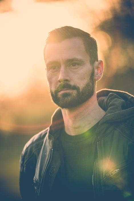 Portrait Mann mit Bart im Gegenlicht