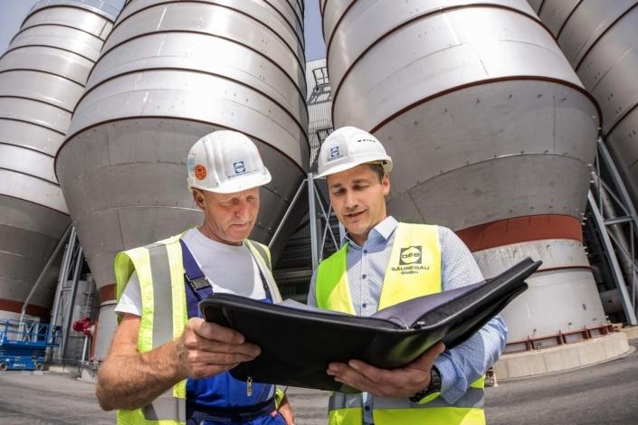 Absprache Personen auf Baustelle