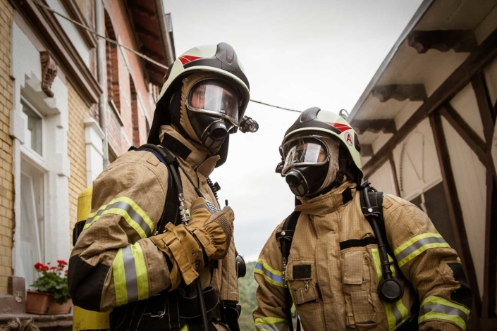 Feuerwehrleute mit Schutzmaske