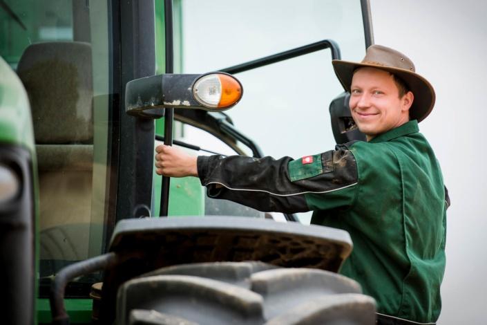 Mann am Traktor | Werbefotograf Sachsen