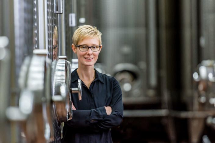 Frau im Weinkeller   Portrait