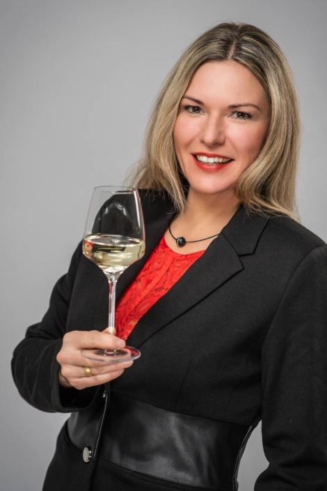 Portrait Frau mit Weinglas