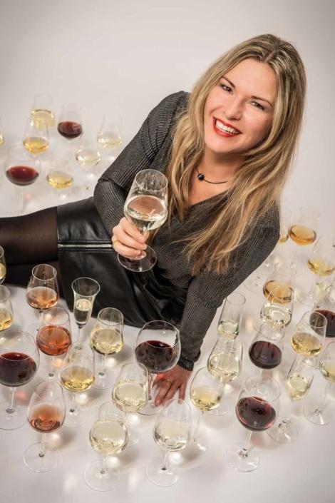 Frau mit Weingläsern