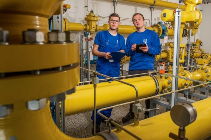 Mitarbeiter in Gasdruckregelanlage