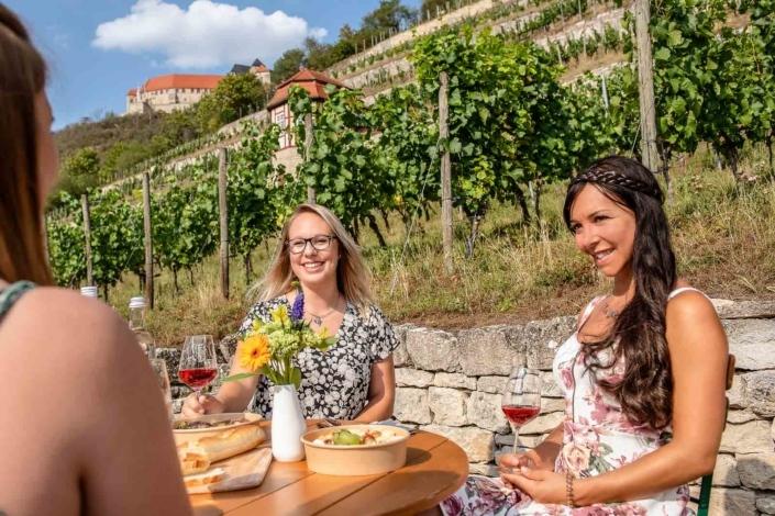 Frauen frühstücken im Weinberg