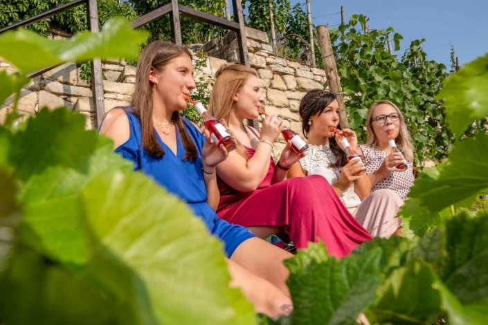 Frauen sitzen im Weinberg
