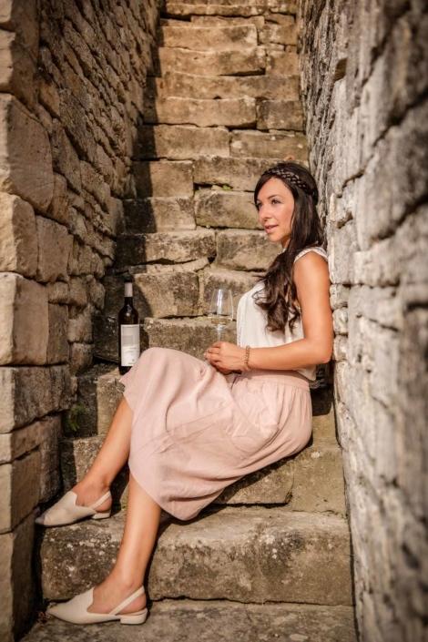 Frau im Weinberg mit Weinglas