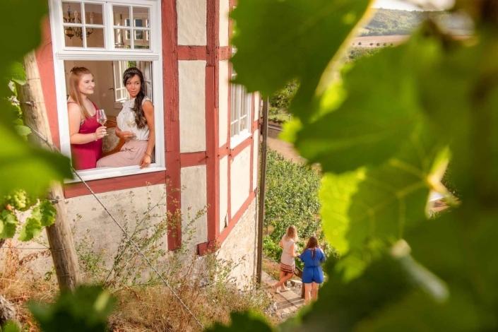 Frauen im Weinberghaus mit Wein im Weinberg