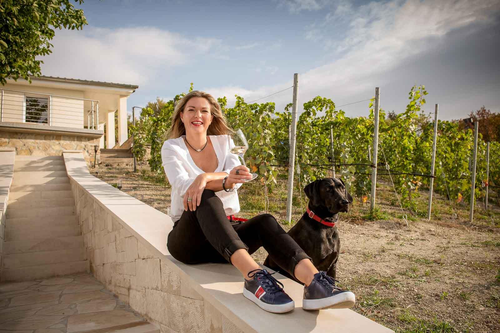 Frau mit Wein im Weinberg