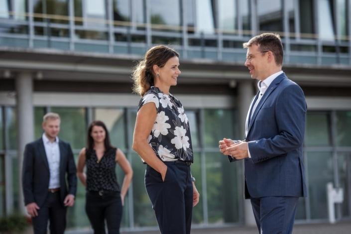 Businessportrait Mann und Frau während Unterhaltung