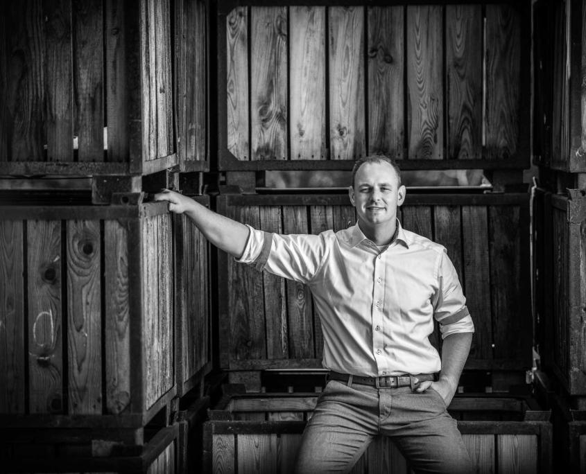 Portrait Mann vor Weinkisten