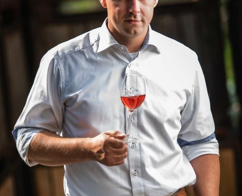 Mann mit Rosé-Wein